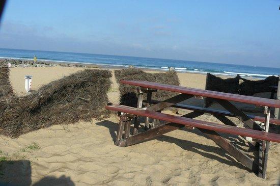 Bela Gorri - La voile rouge : la terrasse pour un café, les pieds dans la sable