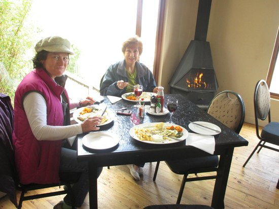 Dutton's Cove Restaurant: Friends at the fireplace
