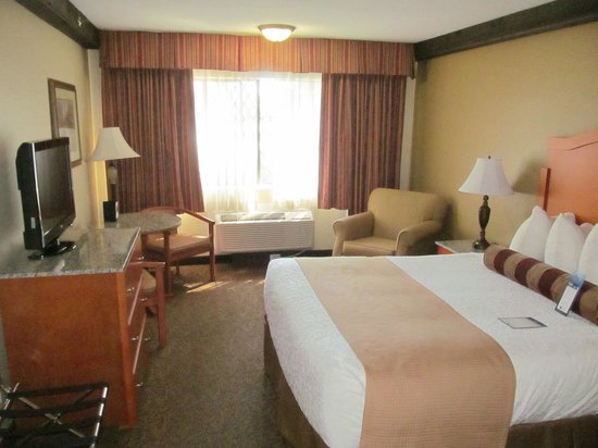 Best Western Plus Abercorn Inn : King sized bed