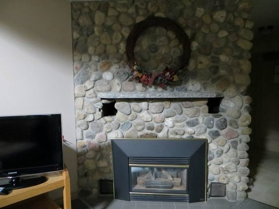 Isaiah Tubbs Resort: Beautiful stone fireplace