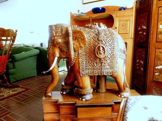 Acadia Oceanside Meadows Inn: Wood Carved Elephant In The Living Room    Beautiful
