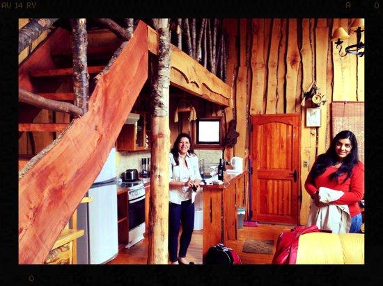 Cabañas Natural Park Lodge: Cocina y escalera a la segunda planta