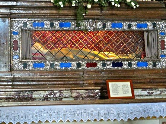 Basilica di Santa Margherita: Saint Margaret's embalmed remains in a Gothic tomb above the main altar