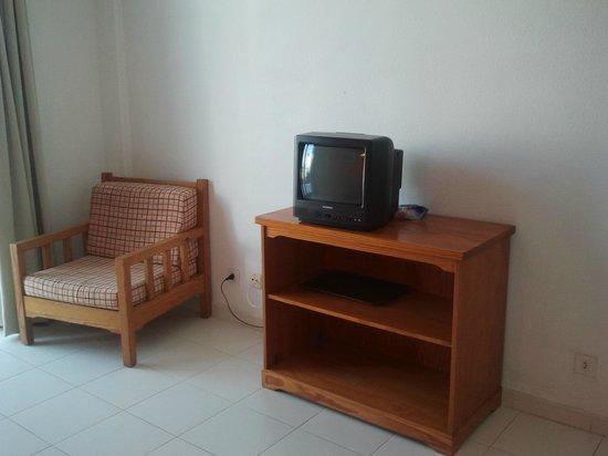 Costa Volcan Apartments: La tele era antigua y tenia pocos canales