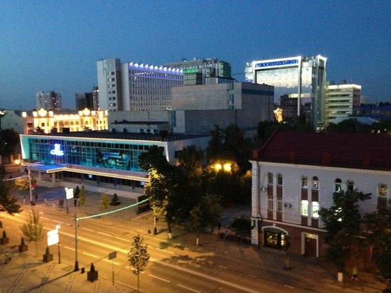 Hilton Garden Inn Krasnodar: Вечерний вид из номера на ул.Красная)