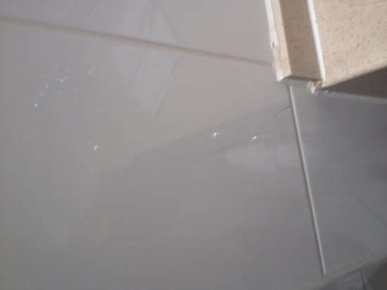Hilton Strathclyde: Another cracked tile in bathroom