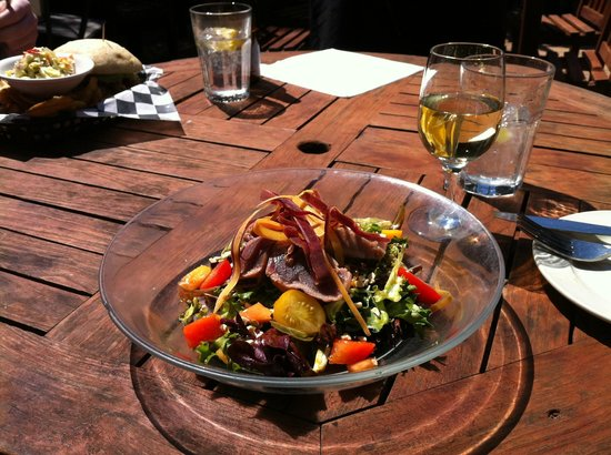 Dajio : Thai Waterfall Salad with Grilled Tuna on the patio
