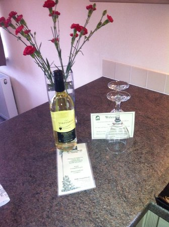 Beaconsfield Holiday Park: Free wine and Flowers