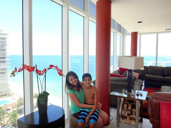Ocean Manor Beach Resort Hotel : Sala de tv e de jantar com vista lateral e frente ao mar