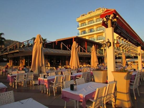 Emre Beach : hotel and outside dining area