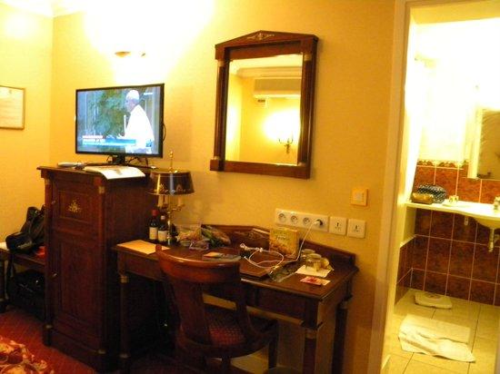 Hotel de Varenne : Twin bed suite - bathroom view