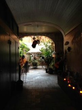 The Saint Philip Hotel: Courtyard decorated for Halloween