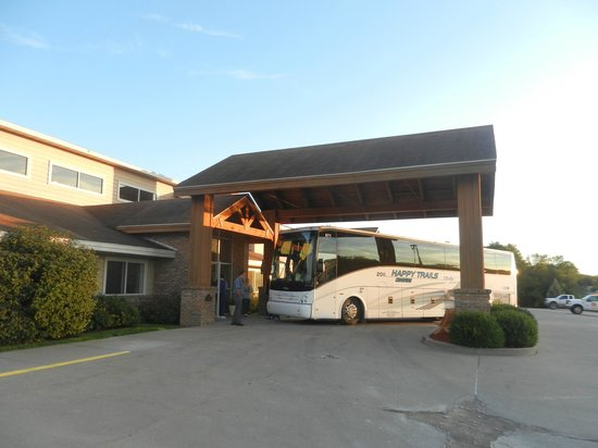 AmericInn Lodge & Suites Atchison : plenty of space for a bus!
