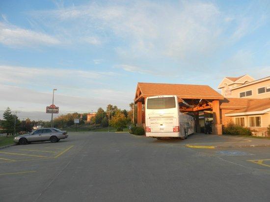 AmericInn Lodge & Suites Atchison: loading the coach