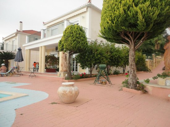 Garbis Villas & Apartments: Our ground floor room right opposite pool...Bliss!