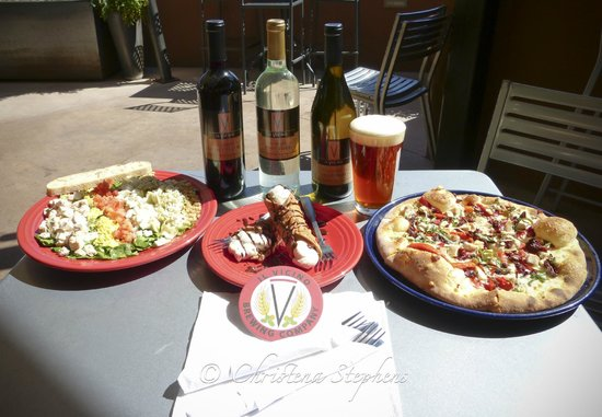 Il Vicino Wood Oven Pizza: Salad, Cannoli, and Wood Oven Pizza....with wines/beers to wash it down-perfect!