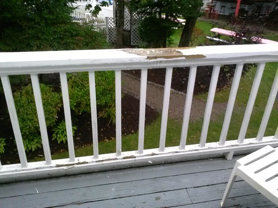 Rhumb Line Resort: Balcony in need of work.