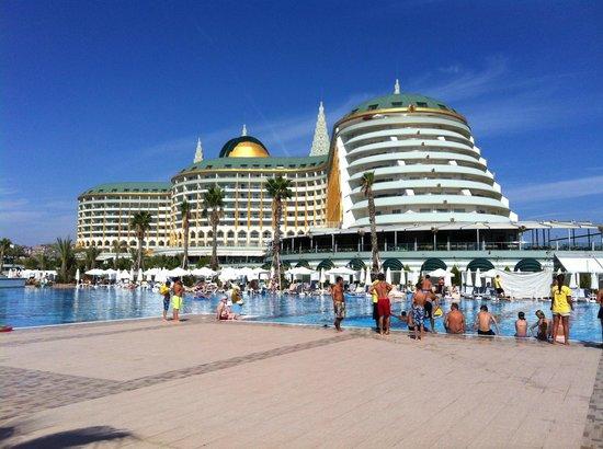 Delphin Imperial Hotel Lara : Hotel en een van de zwembaden