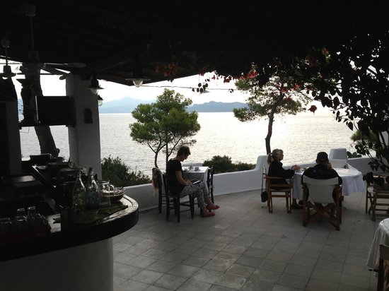 Agistri Club Hotel : The beautiful common terrace with a fantastic view over the sea and Eigina