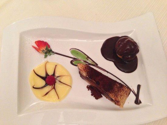 Ristorante Boeucc: Bignè con cascata di cioccolata e torta cioccolato e pere. Spettacolo!