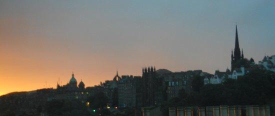 Premier Inn Edinburgh City Centre (Princes Street) Hotel: Early morning sunrise view from my room