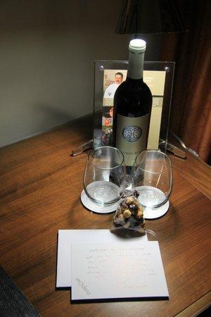 Hotel Modera: Yay... free wine!