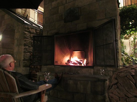 Hotel Cheval: Outdoor Fireplace