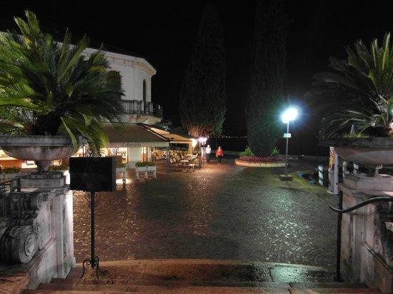 Hotel Savoy Palace: The lake front promenade at night