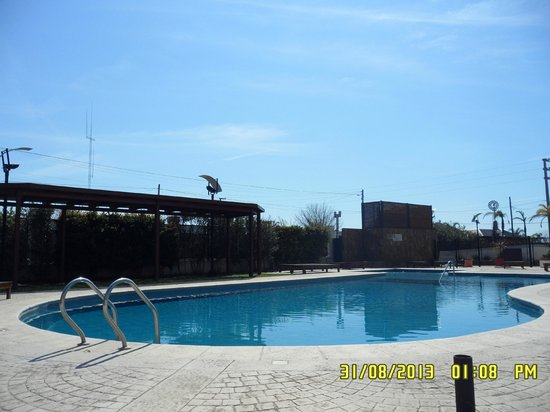 Howard Johnson Hotel  Ramallo: Piscina descubierta