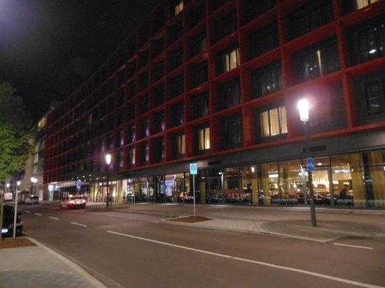 Movenpick Hotel Frankfurt am Main City: O hotel à noite