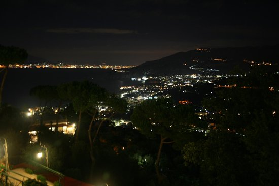 Hotel Residence Le Terrazze: Bay of Naples at night