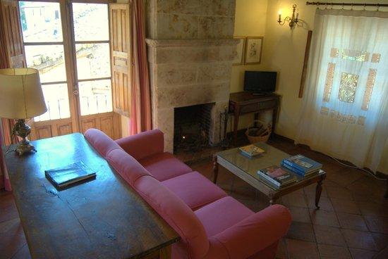 Casa Rural de La Panaderia: preciosa chimenea de piedra de villamayor