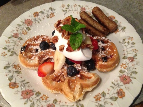 Bisland House Bed and Breakfast: Homemade Waffles and fresh fruit