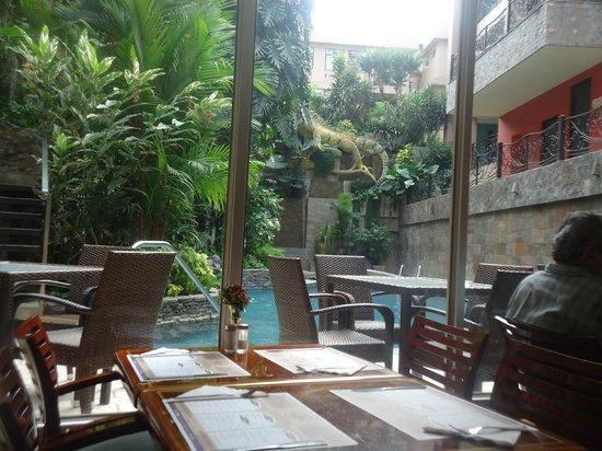 Grand Hotel Guayaquil: comedor con vista a la piscina