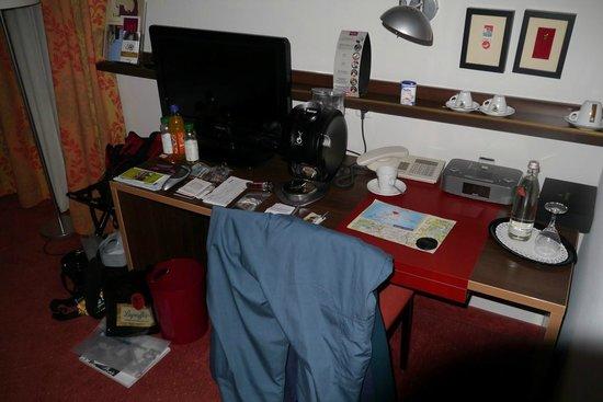Mercure Hotel München am Olympiapark: The desk/writing table