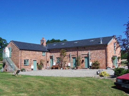 Glan Clwyd Isa : Barns