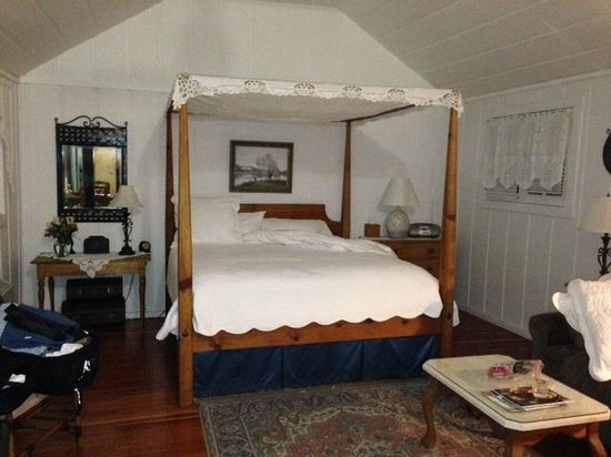 Belle de Jour Inn: Four Poster King in cottage