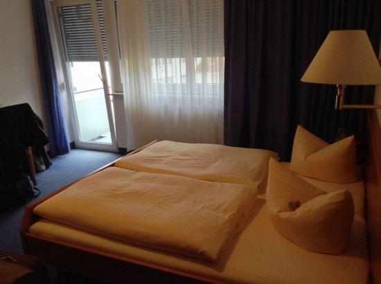 City Hotel: Our double bedroom with balcony.