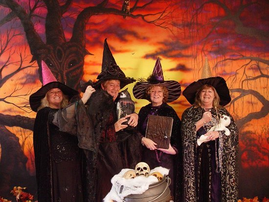 Salem Night Tour: Sister Witches