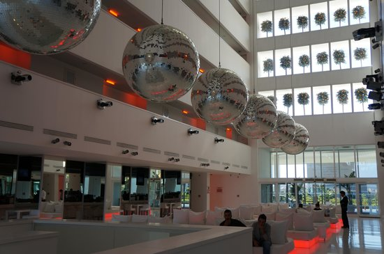 Hotel Su: The Hotel Lobby