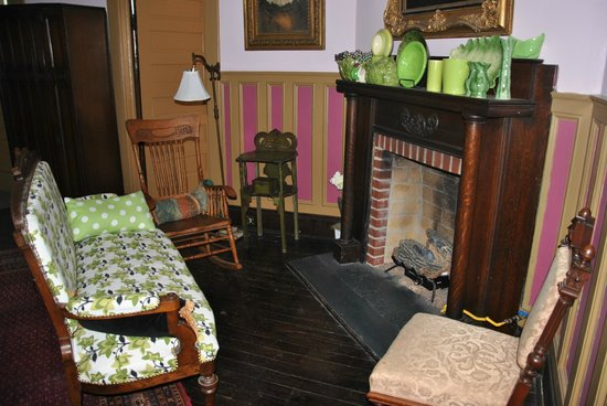 Bernibrooks Inn: Sitting Area in our Room (that is a working fireplace)