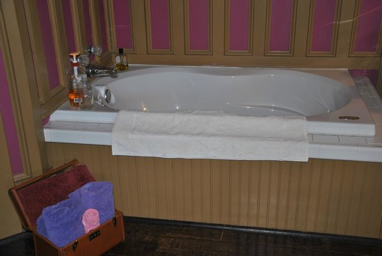 Bernibrooks Inn: Tub in Room