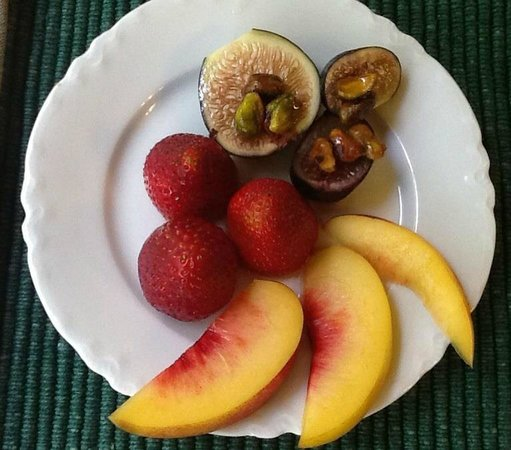Kangaroo House Bed & Breakfast on Orcas Island: Fruit plate before a main course breakfast each morning
