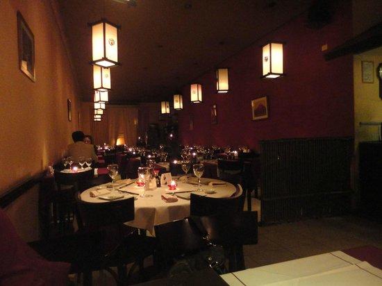Tenue iluminación del salón comedor - Picture of Kiku Sushi ...
