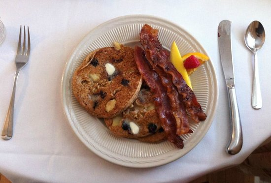 Franconia Inn: Blueberry Pancakes (locally milled flour) and bacon for breakfast