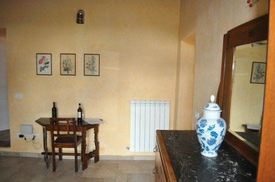 Fattoria Poggerino: Simple but functional second room to the suite.