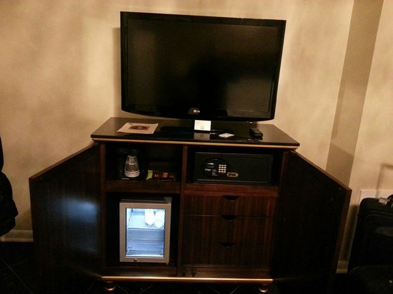 Hotel Mazarin: TV and all the drawers you'll get (3)