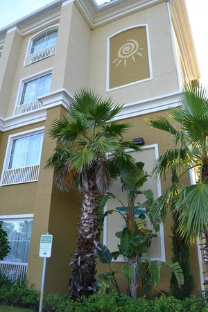 Country Inn & Suites By Carlson, Port Orange-Daytona: Beautiful exterior paint color