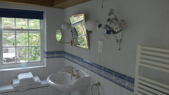 Breakwater House : Blue room bathroom