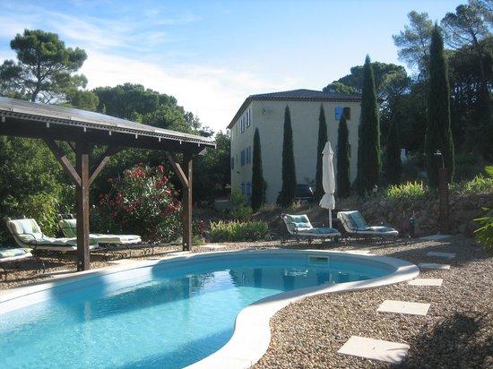 La Bastide des Templiers : Der tolle Pool vorm prächtigen stilvollen Landhaus